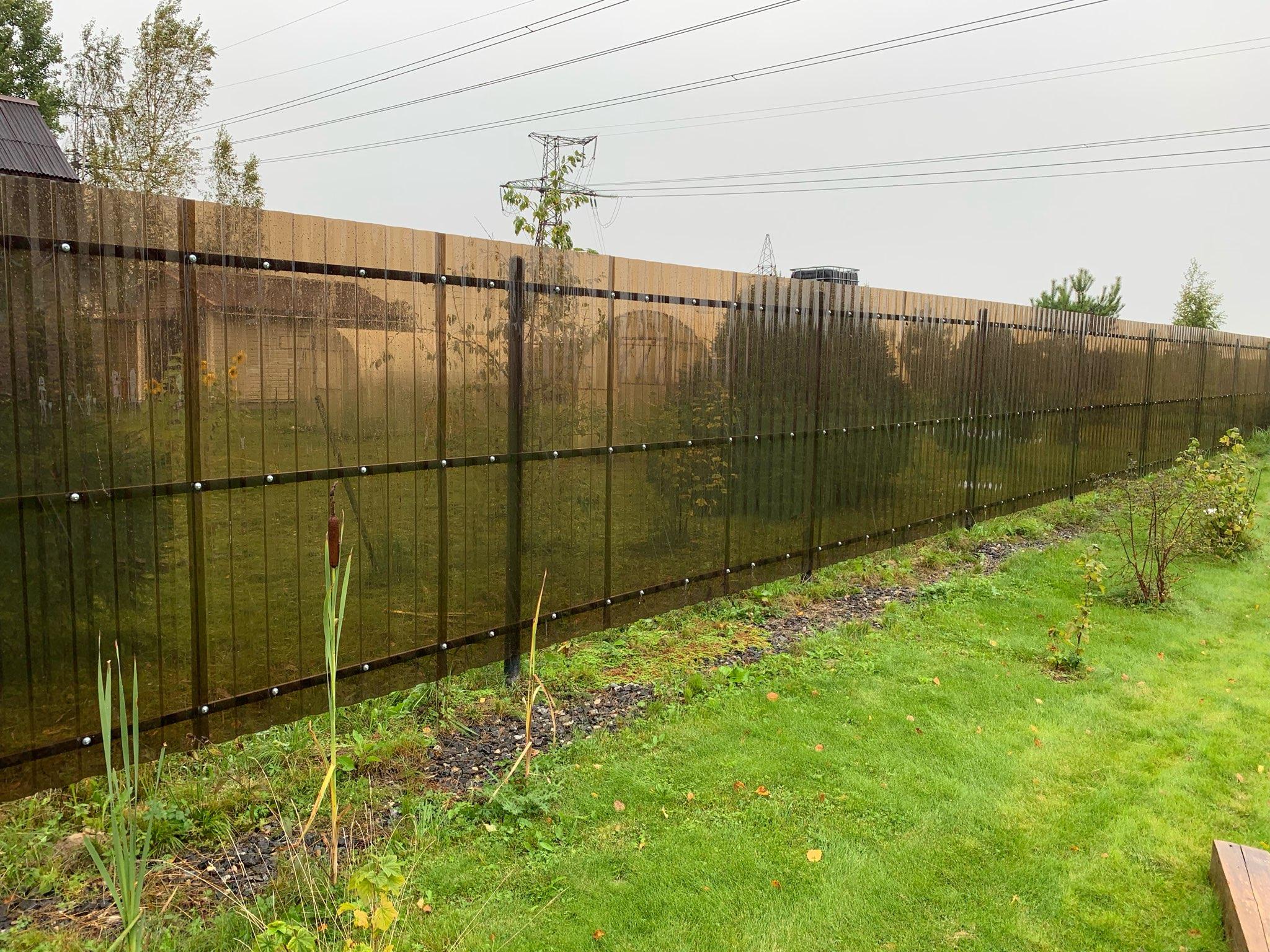 Забор возле дома из пластикового профнастила